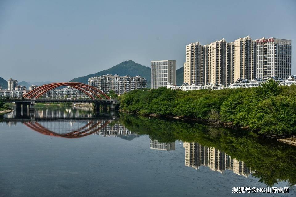 """安徽小城街拍:山水与城市的一体化,打造理想的""""宁静之国""""!"""