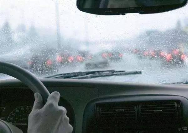 风行车主注意了!雨天开车不注意这些,要吃大亏!