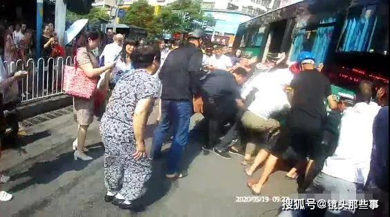 暖心!老人被撞卷入公交车底 20多名路人迅速抬车救人