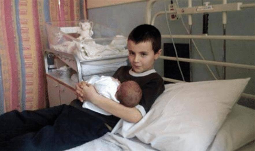 6年前,英国13岁男孩和邻居偷尝禁果 生下一女儿,如今活成这样