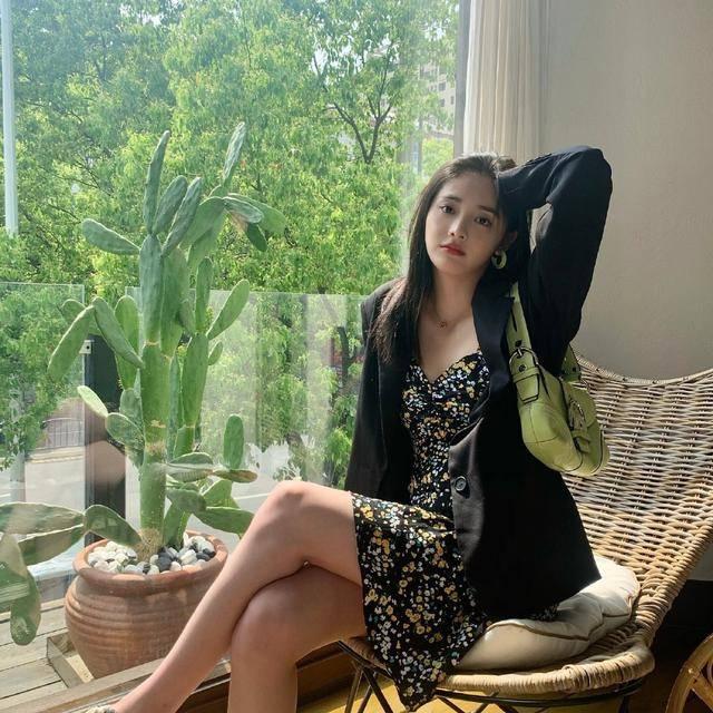 """""""元气少女""""周洁琼,针织上衣搭配珍珠耳饰,21岁也很温柔气质"""