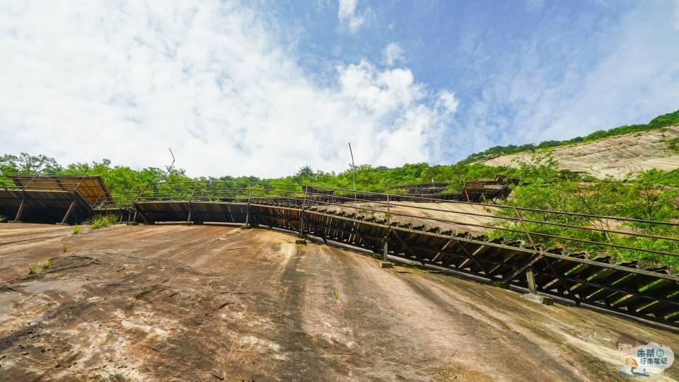"""华东最""""险""""栈道,全长3366米,上下高差近800米,倚山悬空而建"""