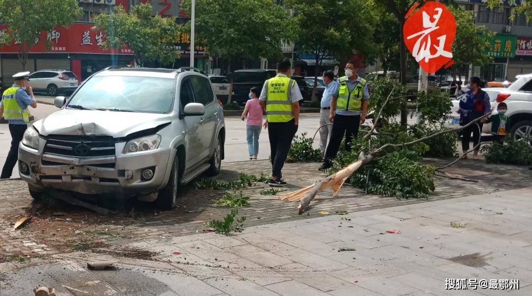 突发!鄂州新手女司机猛提速冲入了人行道,连撞2台车后...