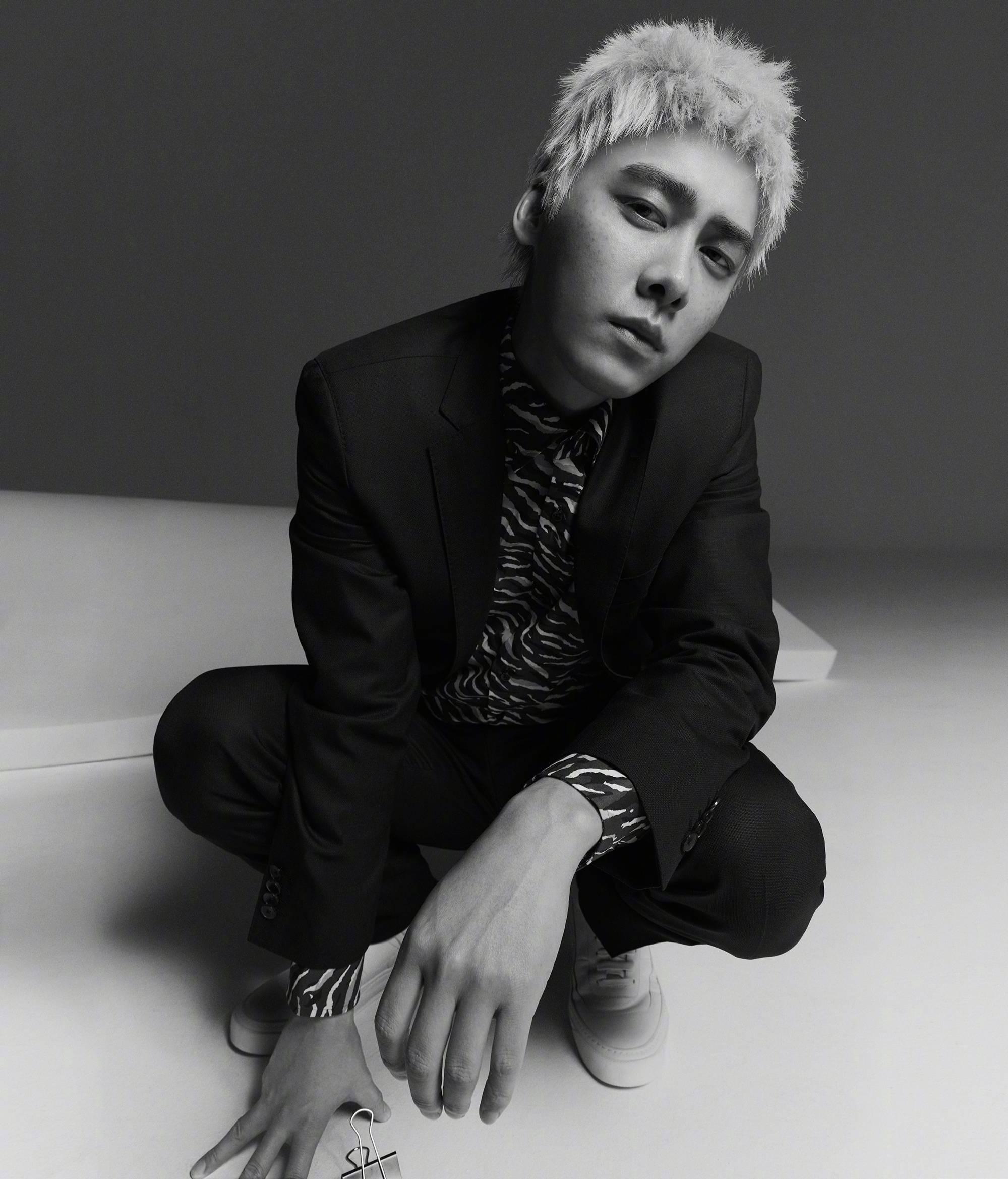 李易峰最新时尚大片,银发配雀斑妆容,变身漫撕男忧郁气质十足