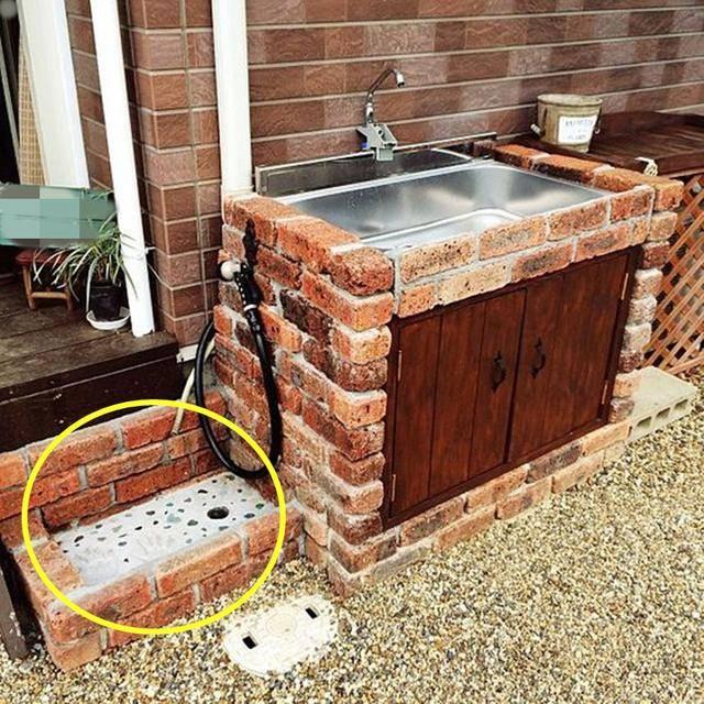 农村庭院怎么设计?朋友用50块红砖砌个洗手池,看起来更有乡村范图片