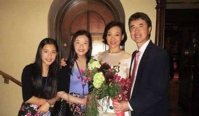 原创 陈冲女儿哈弗毕业,携最高荣誉奖项归来,身穿学士服颜值超能打