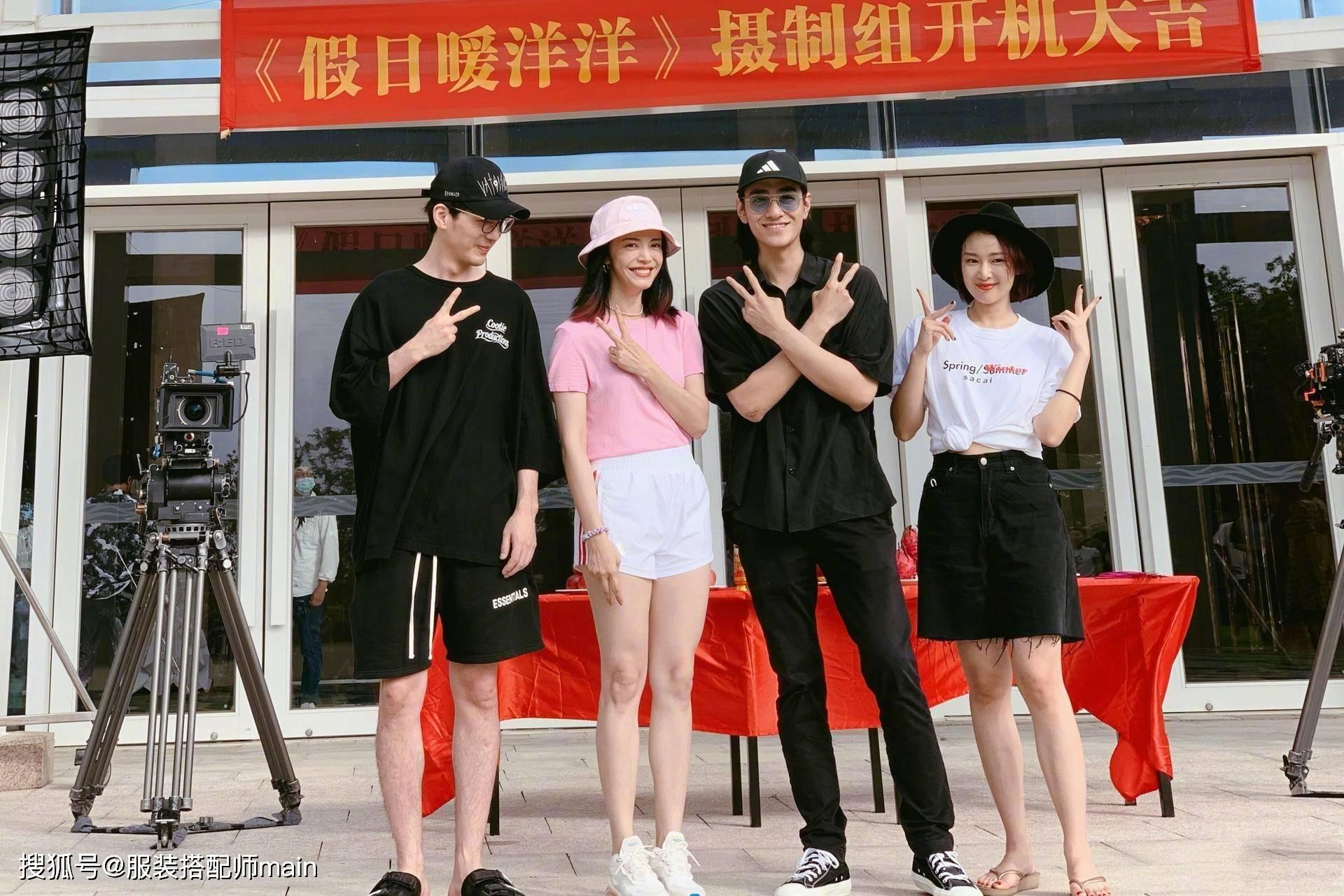 姚晨新剧开机,粉T搭短裤秀细长美腿,与小11岁白宇同框像同龄人