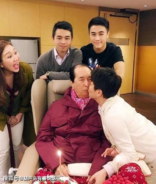 并以一种简单的方式哀悼父亲何鸿燊,何鸿燊和妻子梁安琪的第三个儿子,容貌惊艳网友(图1)