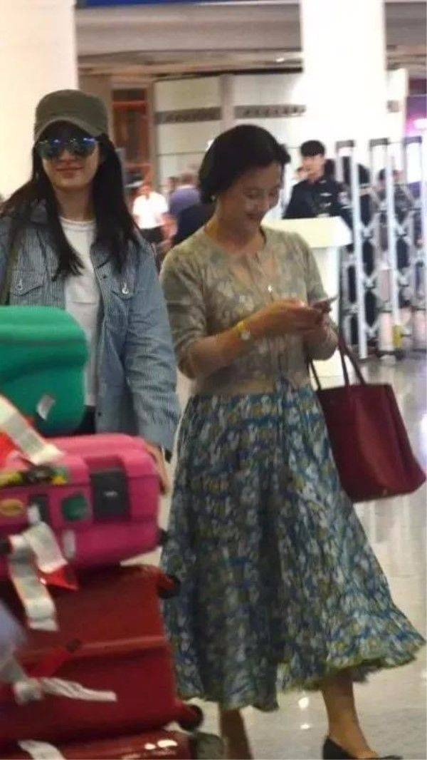 原创刘亦菲妈妈比她会打扮,还有名媛的高级气质,不当明星还很可惜!