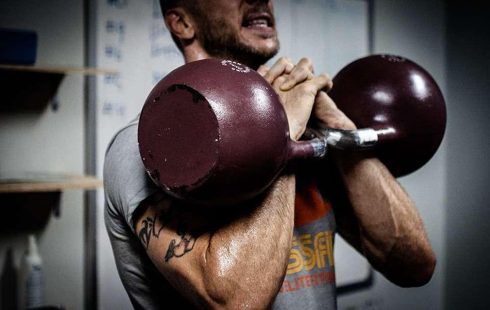 若想速成胸肌,神器哑铃来帮助你,4个动作练起来