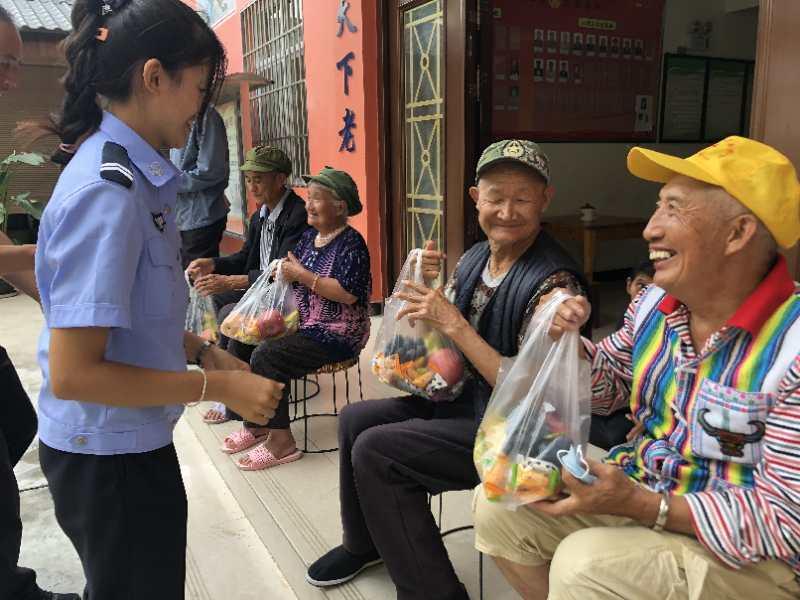 腾冲边检站:感恩父亲节 情系敬老院
