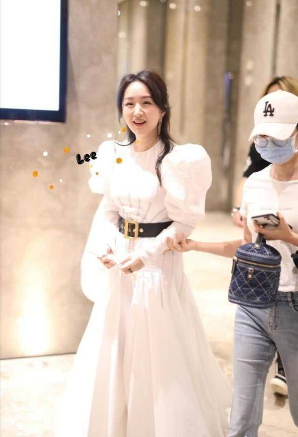 49岁杨钰莹又美了!穿白色泡泡袖连衣裙,尽显法式少女优雅范