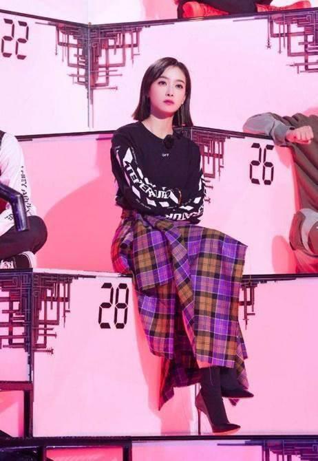 宋茜演绎复古风穿搭,黑色卫衣搭配紫色格子裙,帅气十足!
