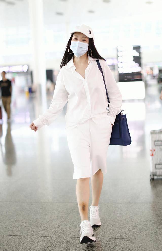 杨钰莹和秦岚全白造型走机场,一个甜美,一个知性,气质差距大