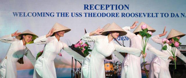 美航母病毒咋来的?一组照片揭示真相:看越南姑娘看的眉开眼笑
