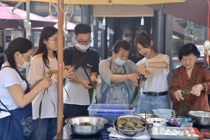 端午小长假第一天:民俗活动丰富多彩游客品味传统文化