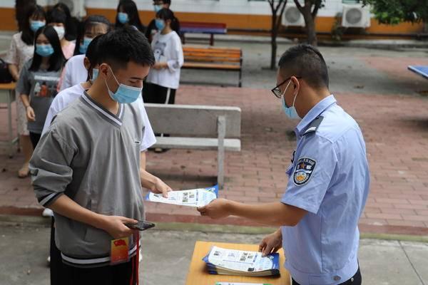 """西峡县公安局开展""""健康人生绿色无毒""""禁毒宣传主题活动"""