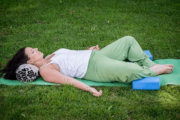 学会这套阴瑜伽体式,助你舒缓身心提升气质,很适合女人练习_身体 知识百科 第8张