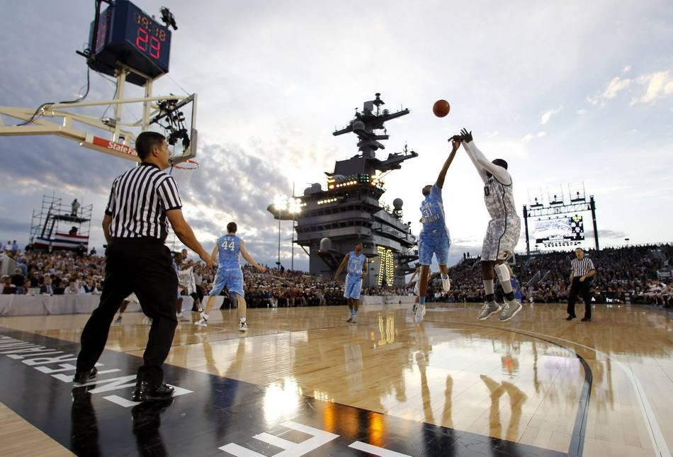 美军豪横!不务正业在航母上办篮球比赛,总统也来观战!