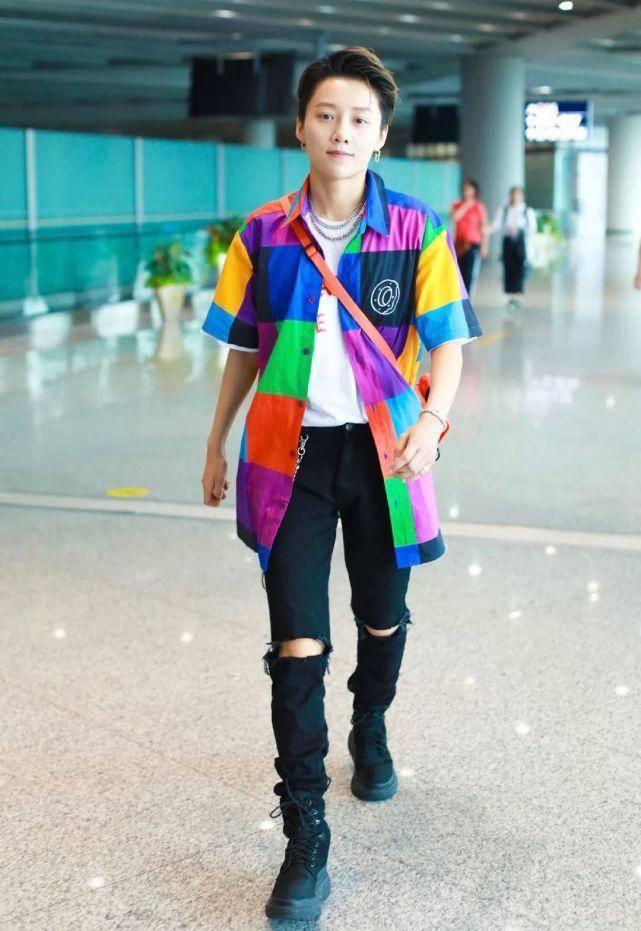 """刘雨昕""""中性风""""C位出道!一身彩色穿搭走机场,酷帅有型太吸睛"""