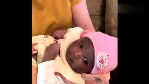 「宝宝」丈夫一脸懵,婆婆出来说出了真相,白皮夫妇生下黑皮宝宝