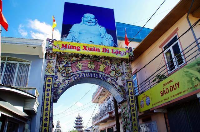 越南寺庙,全部用瓷片镶嵌而成,庙里还有西游记师徒四人雕像