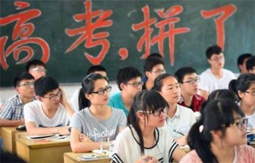 头衔:他两次被清华北大录取 但两次被开除 第三次被录取 老师:我不会教书