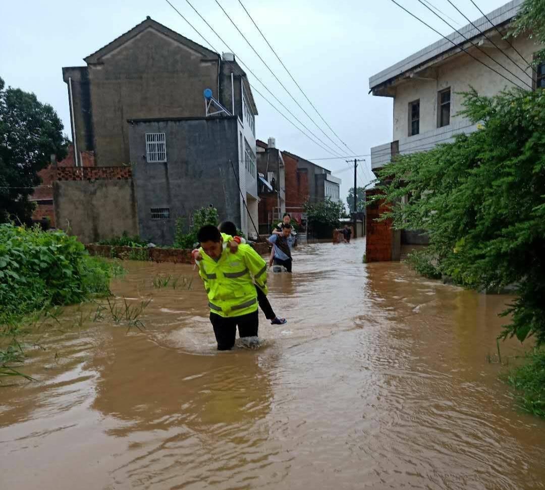 低洼民居被淹进水民警涉水转移群众
