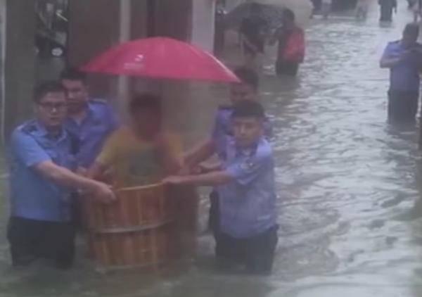 高考学生因暴雨坐澡盆被民警一路护送进考场