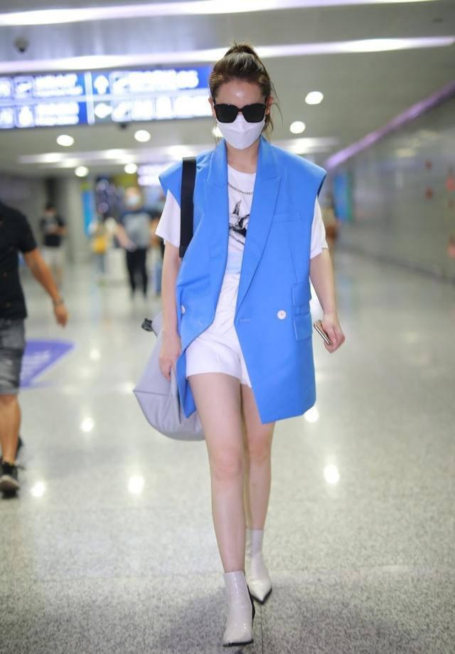 """戚薇不愧是""""辣妈"""",白色T恤配马甲穿出高级感,夏季搭配太时尚"""