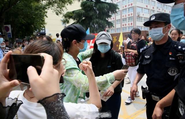 张子枫高考考试结束后考场外被围拍,特警护送其离开