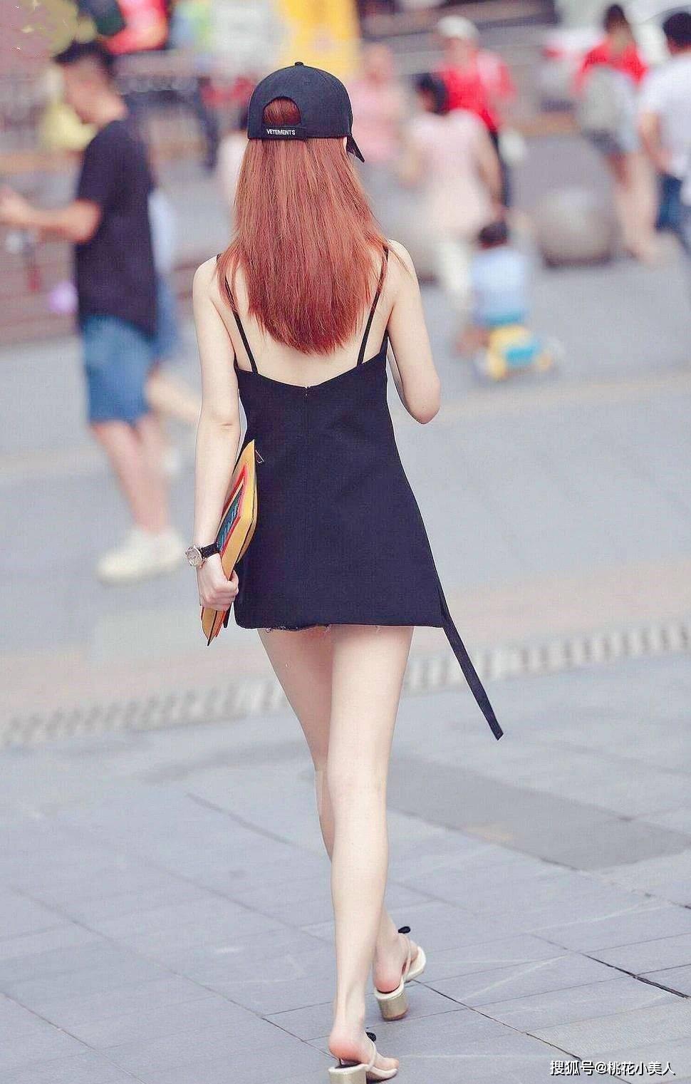 时尚街拍中,为什么背影占比很高?因为背影的故事,更有想象空间