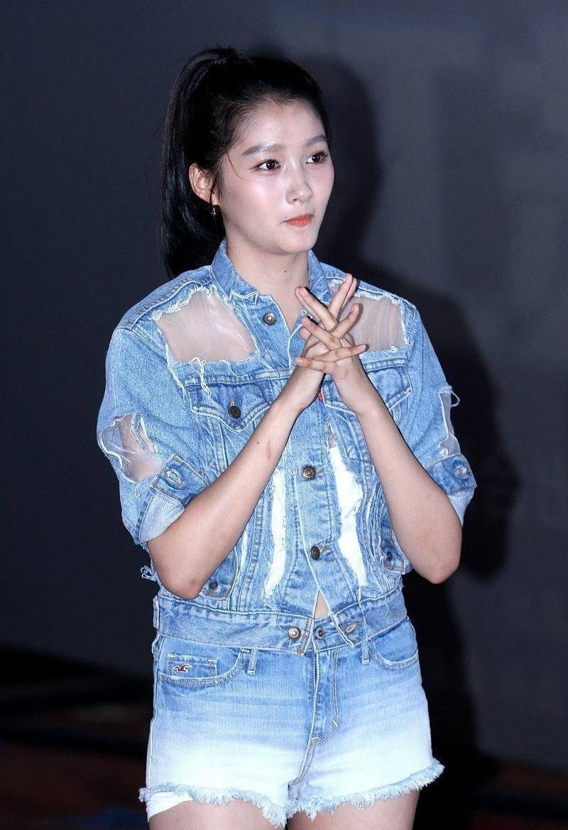 时尚美女关晓彤,只要不穿骑士裤,就有很好的美感!