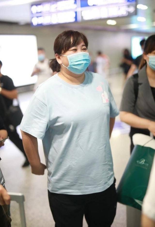 贾玲脖子胖出三层厚脂肪,脸色暗沉无血色,比起相貌更担心她健康