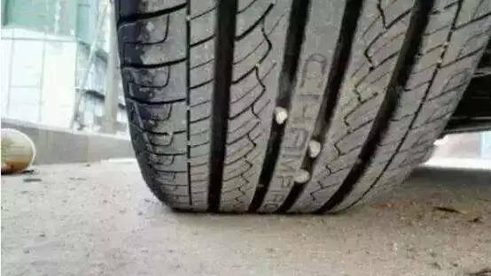 轮胎上的小石子你敢抠吗?处置惩罚不妥会出大事!