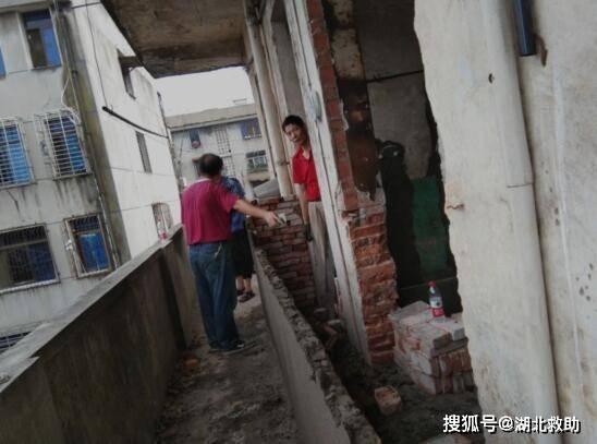 湖北鄂州市考棚社区联合城管部门帮助居民拆除违章建筑 恢复安全通道