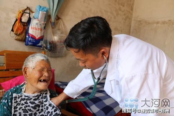 80后本科生婉拒高薪当村医 17年扎根山区守护村民健康