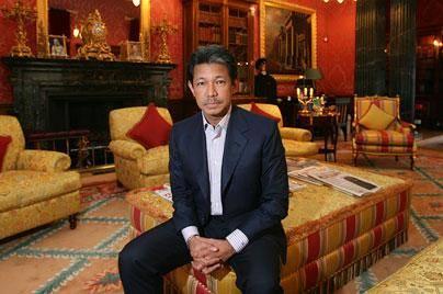 原创 文莱亲王颜值不输最帅王子,穿风衣似财阀老板,曾每天挥霍500万