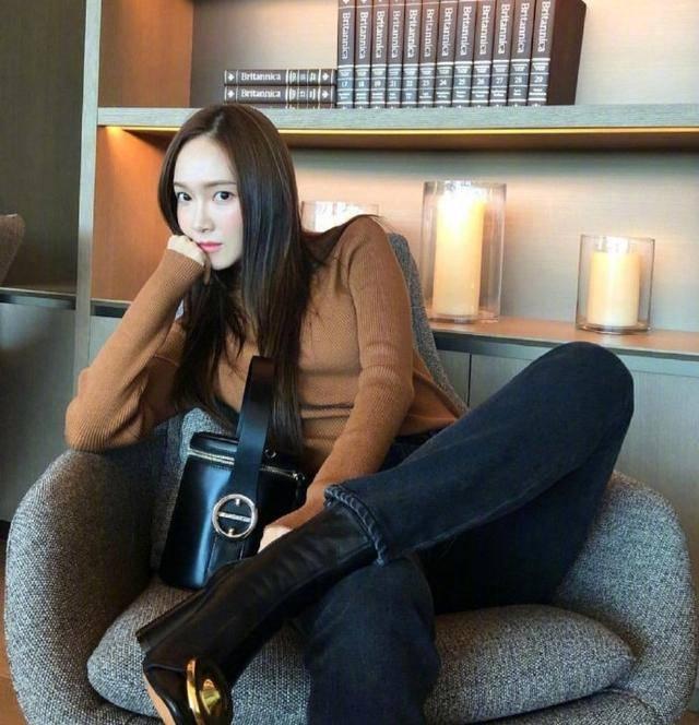 31岁郑秀妍穿衣不按套路出牌,私服look细腻优雅,修身还显瘦