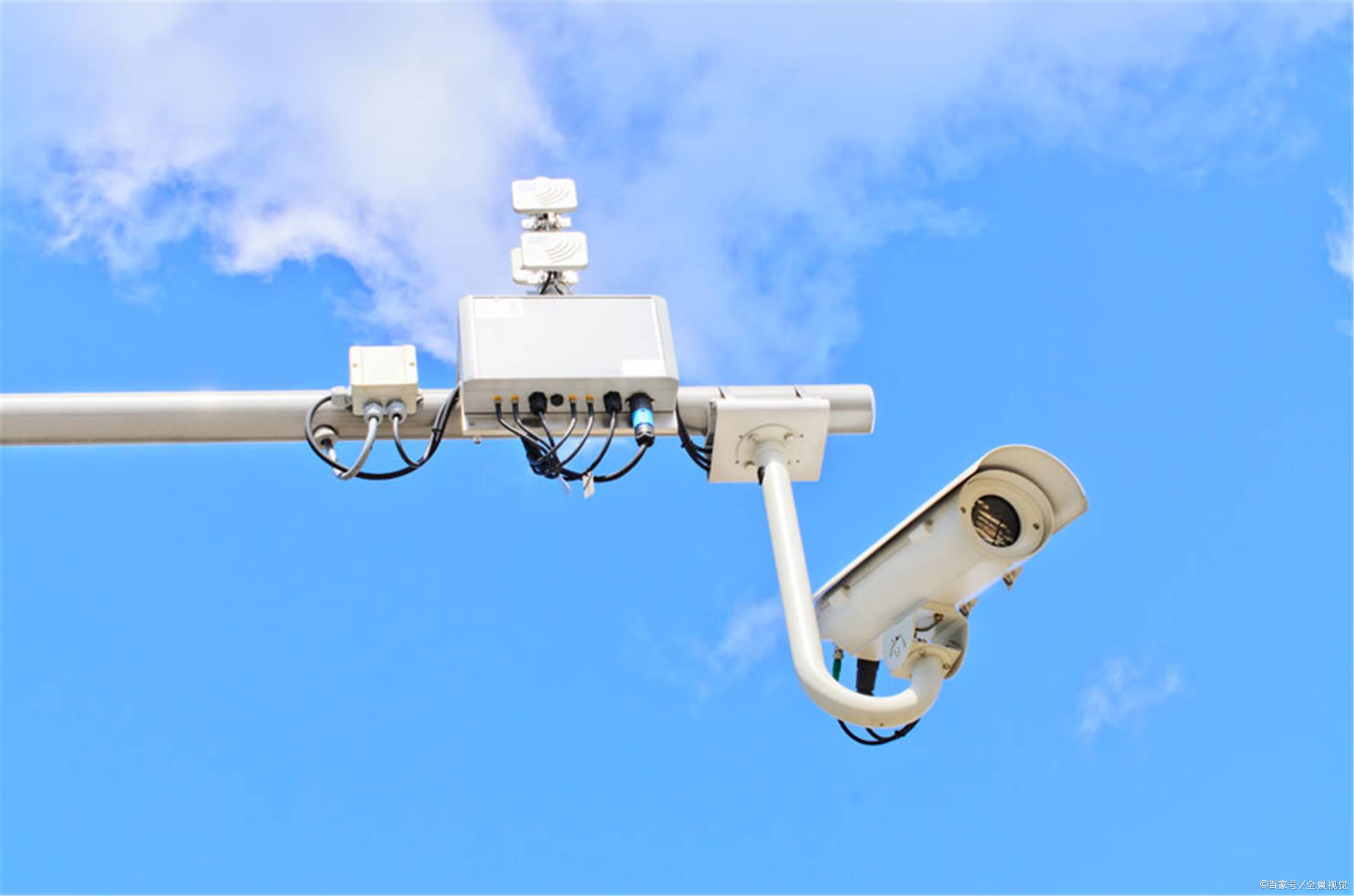 前端设备如摄像头应置于接闪器(避雷针或其它
