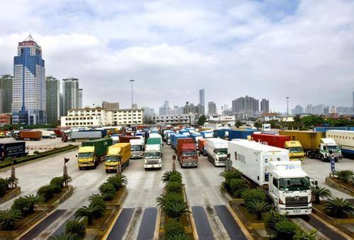 在深圳,我们经常看到广东和香港的卡车