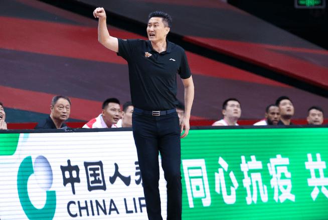广东男篮教父!单赛季缔造两大纪录 杜锋乐成卫冕最佳教练!|体育APP下载(图1)