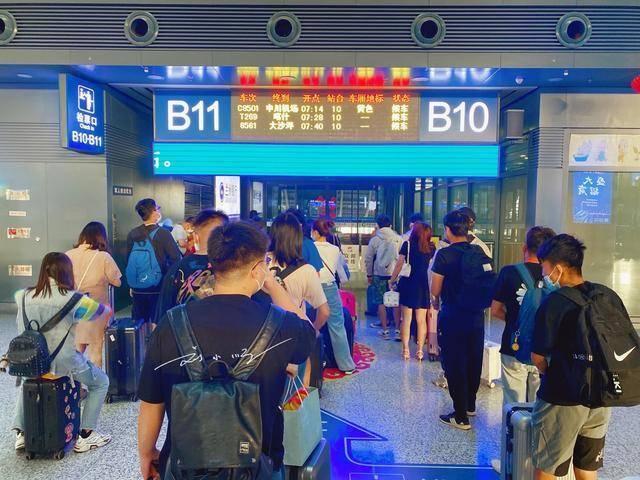 """原创             中国""""最远""""的省会机场,去机场要坐火车,游客:体验一次就够了"""