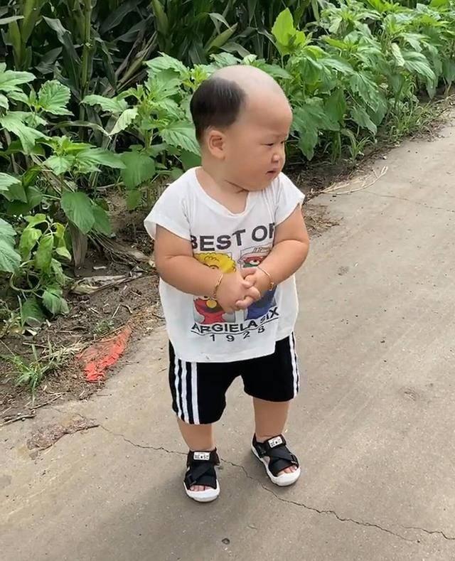 """爸爸给宝宝理的发型太""""成熟"""",妈妈无语,网友:广坤,是你吗?"""