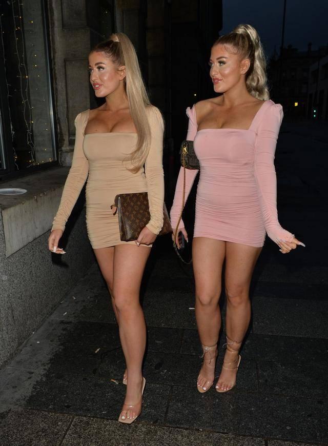 女星杰西·盖尔和伊芙·盖尔现身利物浦街头,两个人都很时尚