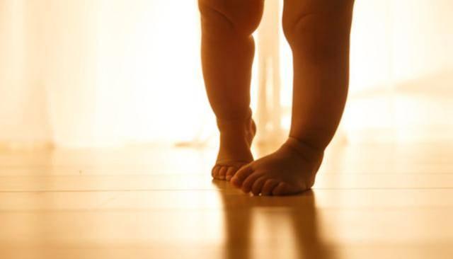 8个月宝宝自学成才会走路,宝妈惊喜,听了医生的话宝妈冷汗直流