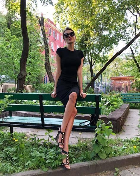 原创这才是真正的美腿!女记者因腿太长被迫转行,穿开叉裙腿长似2米