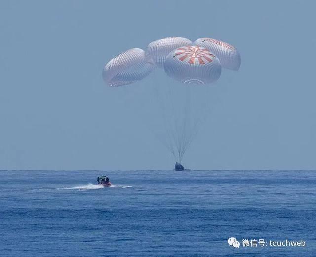 SpaceX载人龙飞船返回地球:马斯克再次创造航天历史