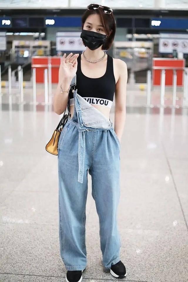 蓝盈莹现身机场,健身服配背带裤秀小蛮腰,背豹纹单肩包超时尚