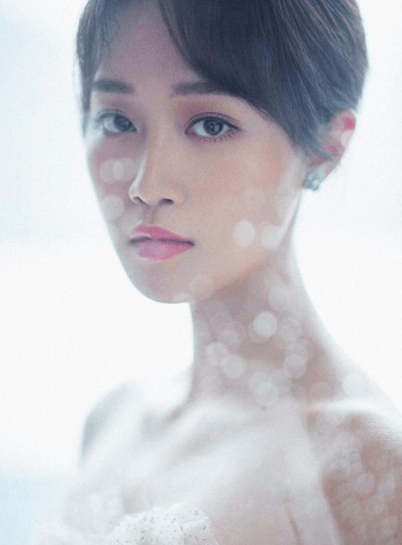 """原创蓝盈莹选择隔着玻璃拍摄,却拍出""""意外效果"""",妆容质感是重点"""